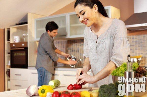 КУХОННЫЕ СОВЕТЫ:ХИТРОСТИ И ТОНКОСТИ ГОТОВКИ 1. Чтобы зелень, которую кладут на пиццу при выпечке не потеряла цвета и вкуса, ее надо предварительно обмакнуть в растительное масло. 2. Чтобы макароны и спагетти не слипались при варке, добавьте в кипящую воду чуть растительного масла. 3. При варке кожица картофеля не лопнет (в мундире), если в воду добавить несколько капель уксуса. 4. Отварной картофель будет вкуснее, если положить в кастрюлю несколько зубчиков чеснока. 5. Нарезанный лук сохранит…