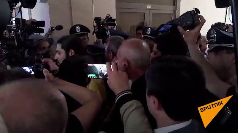 Активисты ворвались в мэрию Еревана и требуют отставки градоначальника Тарона Маркаряна