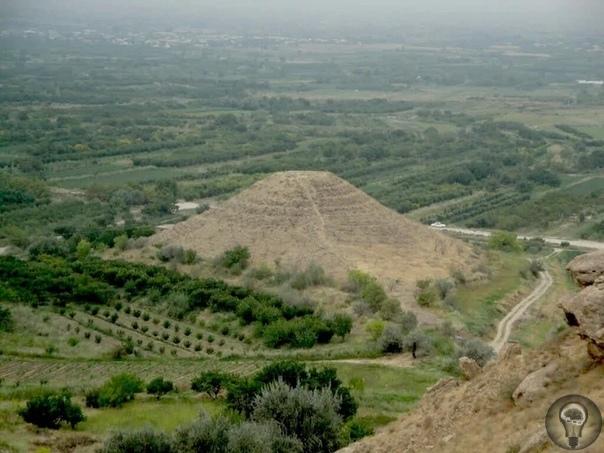 Недавно археологи обнаружили древние пирамиды на территории Армении. Примерный возраст сооружения составляет около 4-х тысячелетий. И даже несмотря на сравнительно небольшие размеры пирамиды,