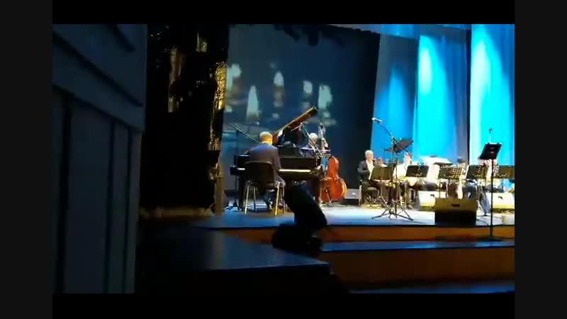 Есть в Ростове такая жемчужина, слепой музыкант и певец Олег Аккуратов. В 2018г. он занял 2 место в международном джазовом фести
