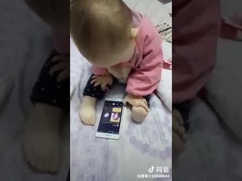 Ребенок ногой играет смартфоном - вот єто да)