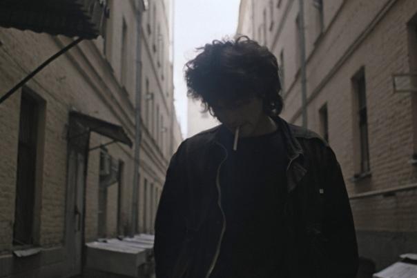 Виктор Цой, кадры из фильма «Игла» «В 12 часов дня он вышел на улицу и направился в сторону вокзала. Никто не знал, куда он идет. И сам Он