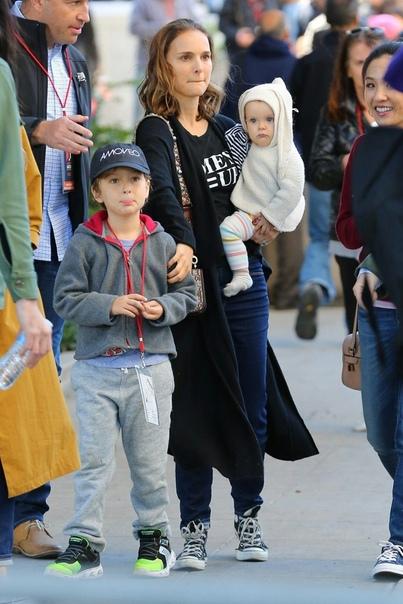 Актриса Натали Портман с мужем Бенджамином Мильпье и детьми В 2011 году Натали родила сына, Алефа Мильпье-Портмана, а в 2017 у пары родилась дочь Амалия