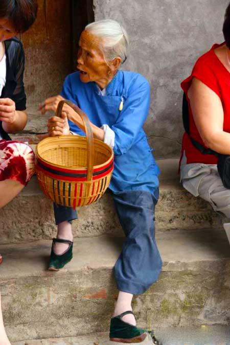 Пожилая китаянка, которая может практиковать традиционную китайскую медицину.