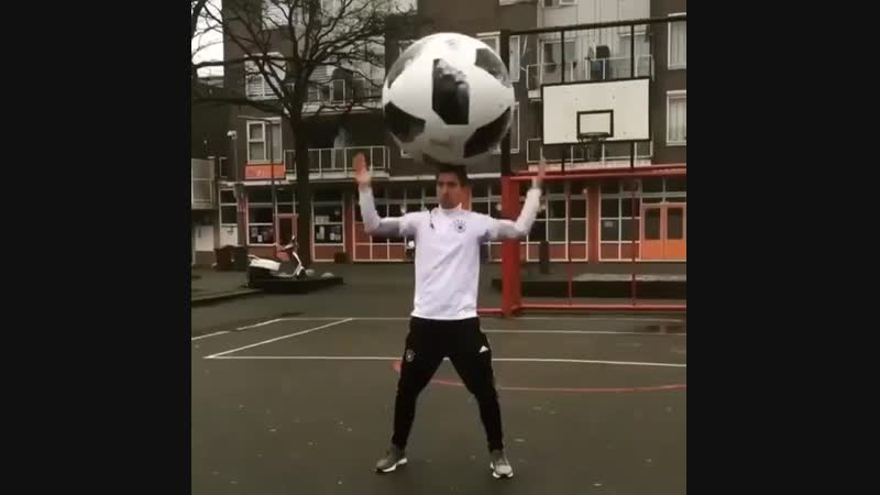 Было бы прикольно если таким мячом играли футбол