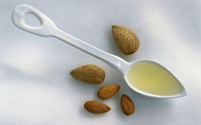 Дикий Мед приобретает сладость благодаря моносахаридам, фруктозе и глюкозе,