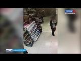 Разбойное нападение девушки в парфюмерном магазине в Уфе попало на видео