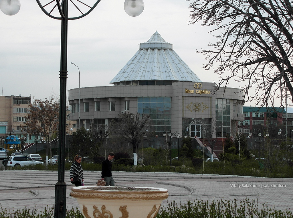 Дворец Бракосочетания вечером, Шымкент, март 2019