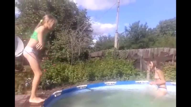 звонит своей видео девушка купалась и ней зашла маньячка подозрительно смотрели друг