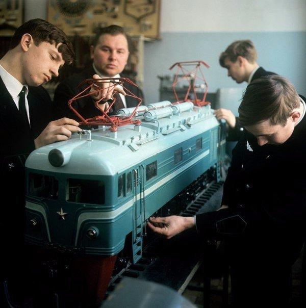 Школьники моделисты, собирают электровоз.
