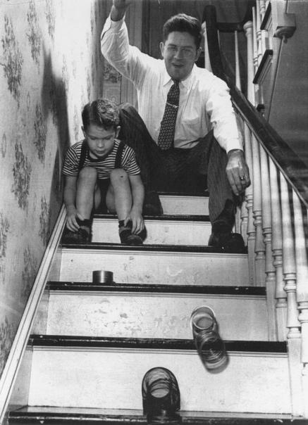 Создатель игрушки Sliny играет со своим сыном Томасом.