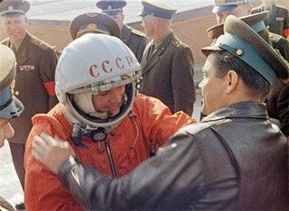 """Юрий Гагарин:  """"Еще из самолета я увидел вдали трибуну, переполненную людьми и окруженную горами цветов."""