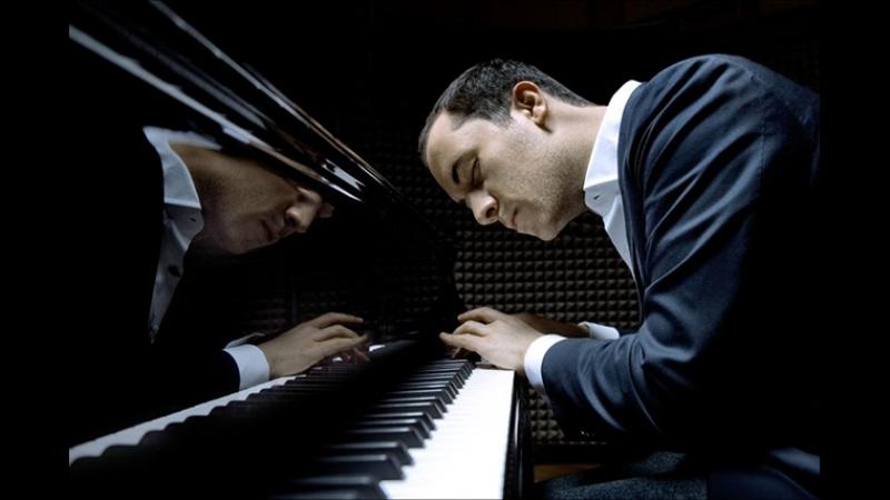 объебанный в хламину олег хуячит мою оборону на блядском пиано не ну вы видели че он вытворяет
