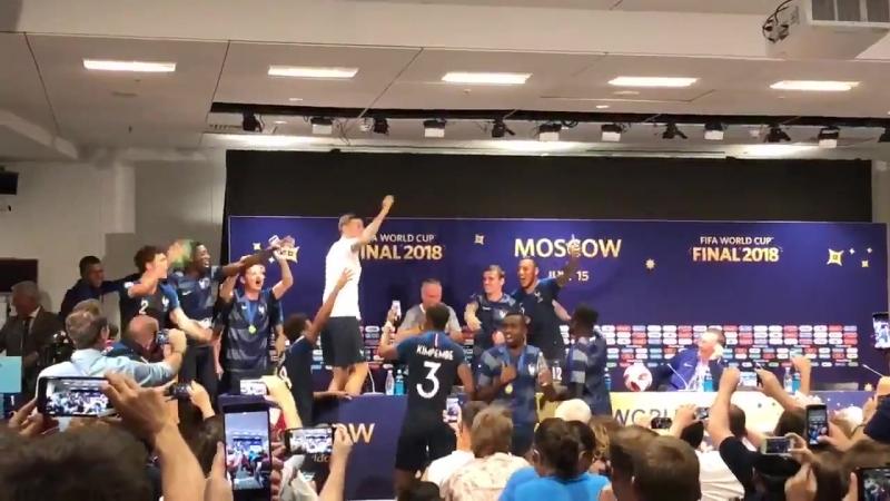 Игроки сборной Франции сорвали послематчевую пресс-конференцию (15/07/2018)
