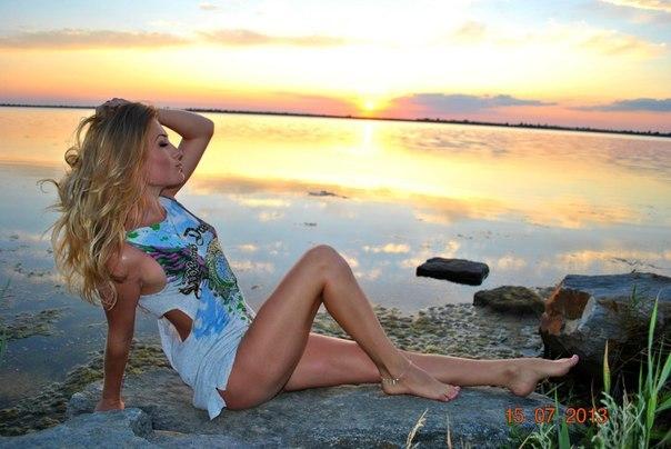 Девушка на вечернем пляже в белом платье