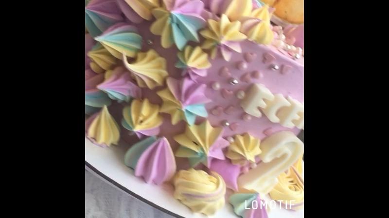 Нежный девчачий тортик 🌸 внутри шоколад и малина ☀️🌷