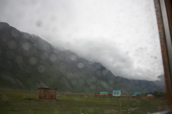 Туалеты вон и горы затянутые тучами.