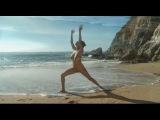 Голая девушка с прекрасными формами занимается Йогой на берегу океана 2013 год