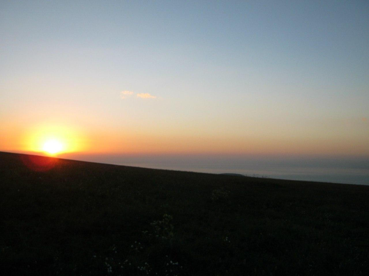 Закат солнца над озером Севан