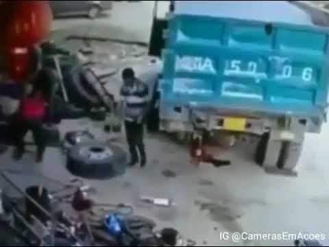 Kamyon lastiğini şişirirken lastik patlıyor