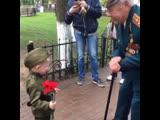 Поздравляет ветерана