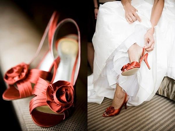 Красные лакированные туфли.