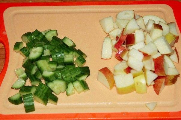 шведский картофельный салат что нужно: картофель 700 г;бекон 150-200 г;лук красный 1 шт;огурец 1 шт;яблоко 1 шт;сок лимонный 1 ст.л.;укроп по вкусу;сметана 20% 200 г;уксус винный 1 ст.л.;перец