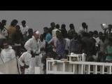 Am Hafen von Catania kam das Schiff der Küstenwache mit über 900 Personen an Bord