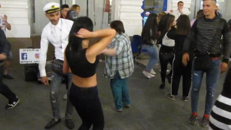 Горячая бразильянка танцует в кругу конкуренток из СНГ-биомусора