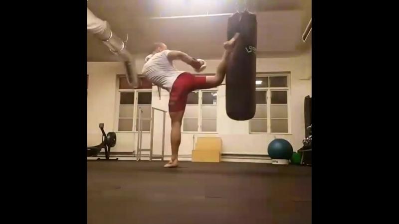 Хитрая и дерзкая Бразильская Маваха в голову через руки противника в Кёкусинкай карате. Подготовка бойца vk.com/oyama_mas