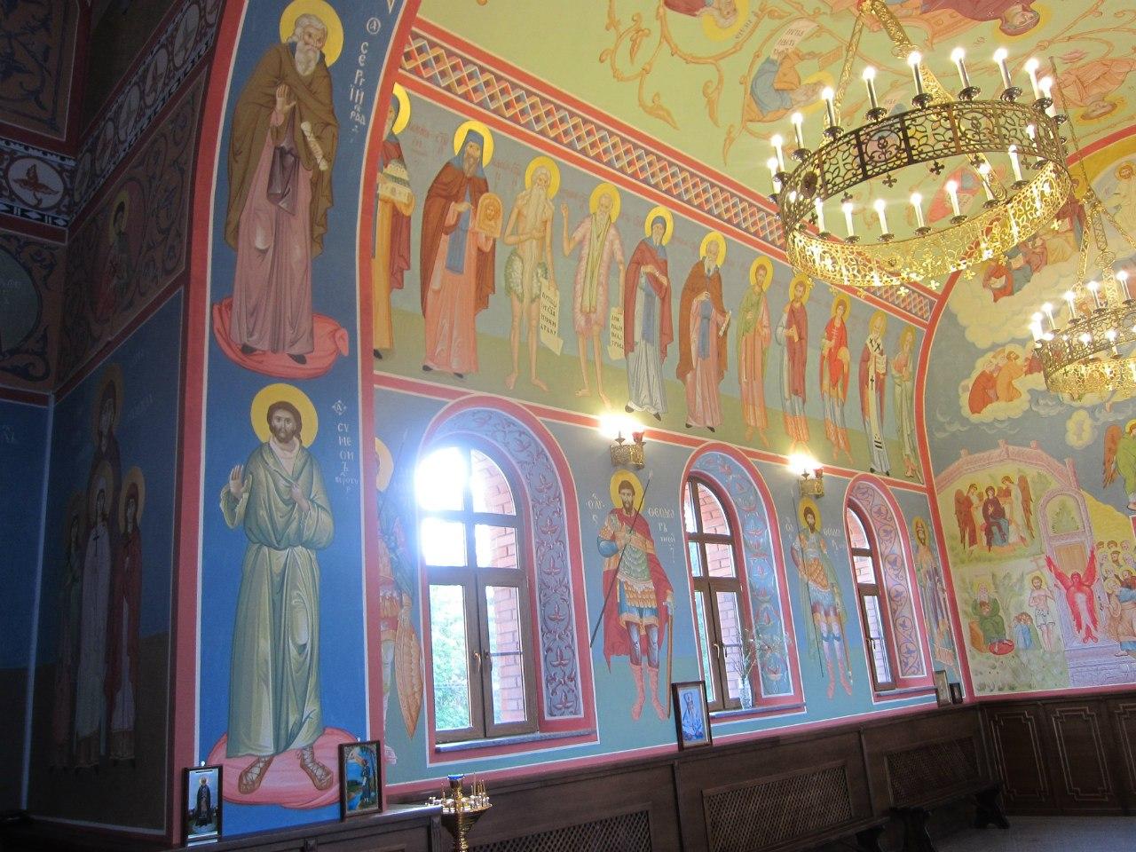 Великолепные фрески: на переднем плане Симеон Верхотурский (внизу) и Сергий Радонежский (03.07.2014)