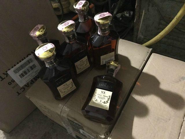 Таможенники совместно с сотрудниками ФСБ задержали крупную партию незаконной табачной и алкогольной продукции