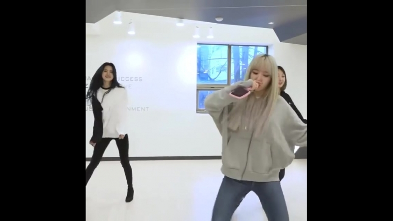 Снова корейские танцовщицы