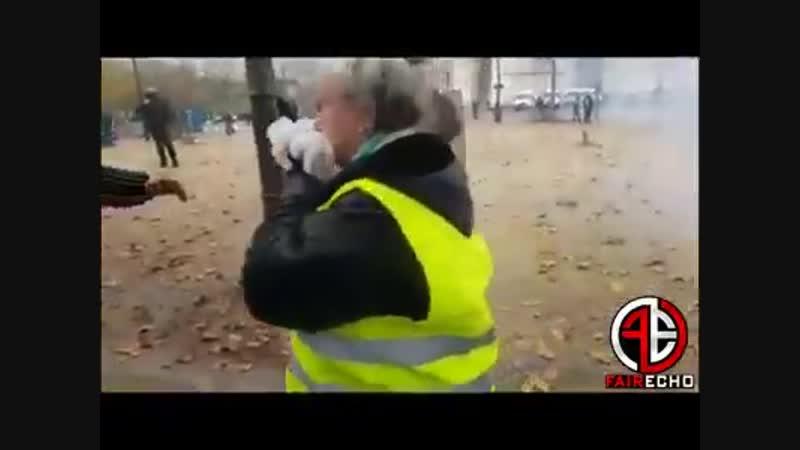 Une gilets jaune agée et son mari gazée et frapper sans raison à Paris 24/11/18
