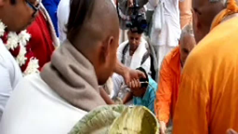 гурумахарадж раздает прасад в доме Адвайта Ачарии