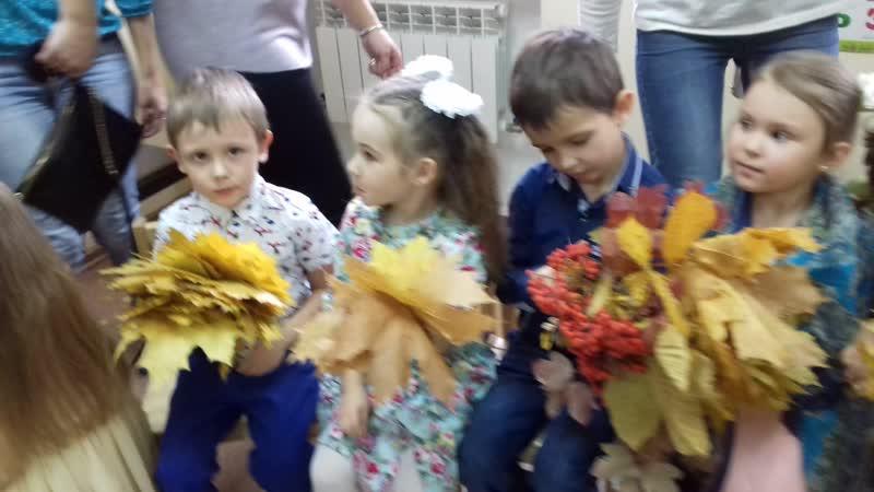 Красивые детки с шикарными букетами листьев