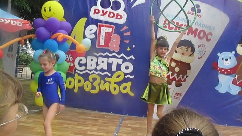 Полина и Яна на празднике Мороженое Рудь