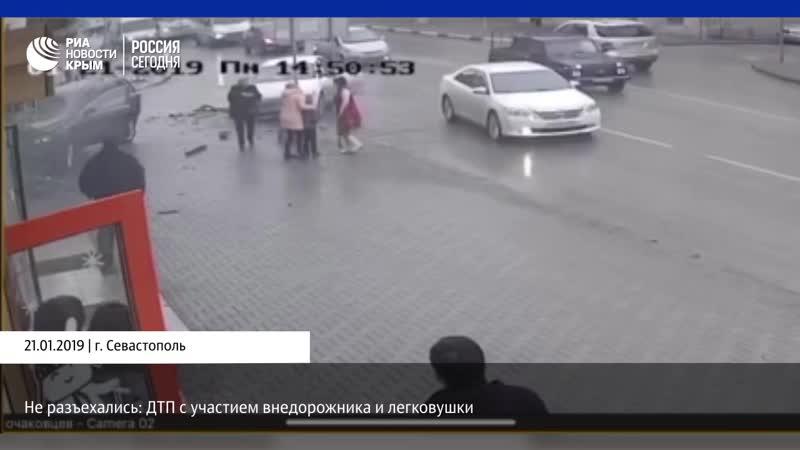 В Севастополе пешеход чудом спасся от летевших на него машин