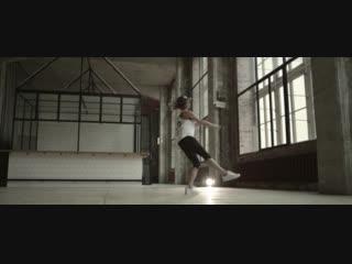 Профессиональная балерина и кроссовки