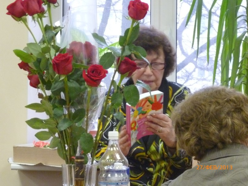 С.Н.Цейтлин смотрит подарок от учеников - книгу, изданную к юбилею