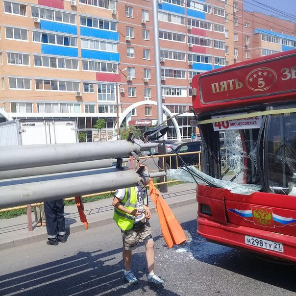 Автобус «Пяти звёзд» в Хабаровске протаранили трубы
