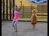 Маленькая девочка смешно повторяет за гимнасткой