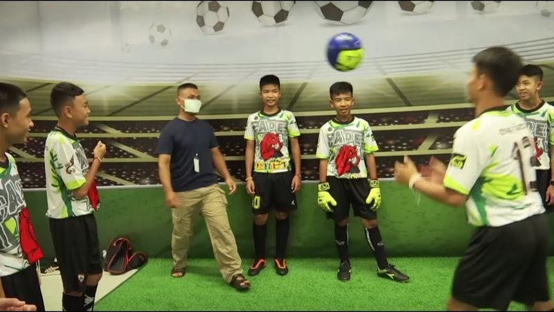 В Таиланде вызволенные из пещеры дети сыграли в футбол со своими спасителями