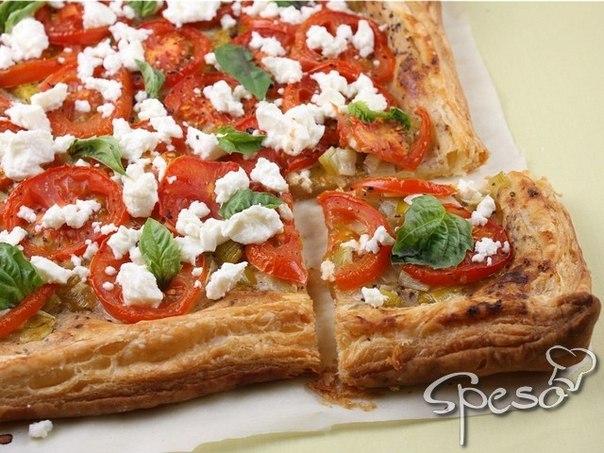 Очень быстрый вегетарианский пирог с помидорами и сыром