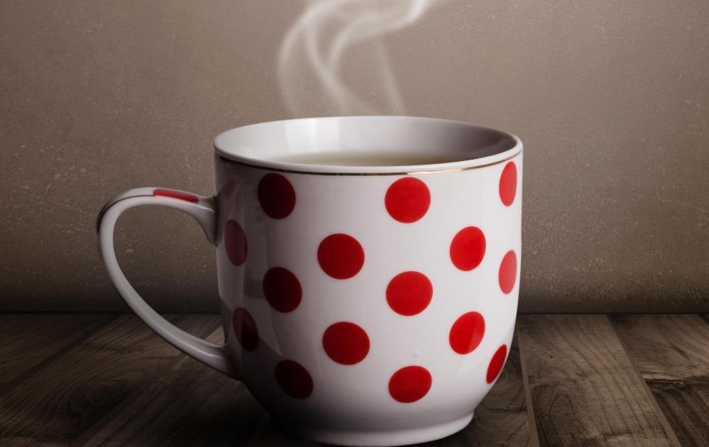 Некоторые кафе продают и подают свое варево в дизайнерских кофейных кружках.