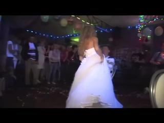 Невеста танцует стриптиз и раздевается