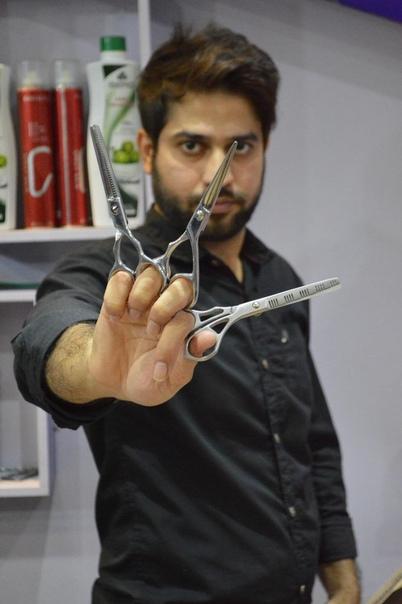 Парикмахер стрижет клиентов 27 парами ножниц одновременно