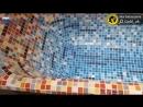 Монтаж стеклянной мозаики на старую чугунную ванну.