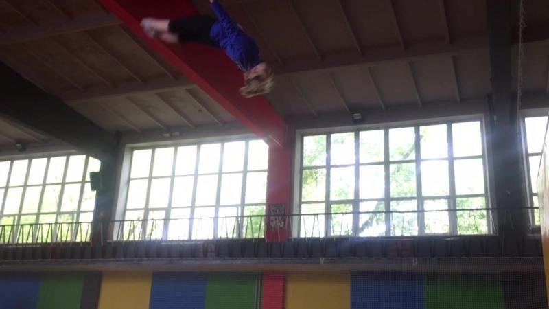 Инструктор Sky Park демонстрирует профессиональные навыки