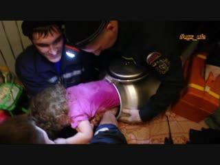 Уфимские спасатели вытащили двухлетнюю девочку из бидона
